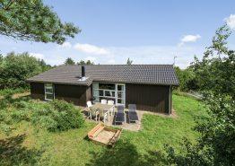 Sommerhus med spabad og sauna i rolige omgivelser