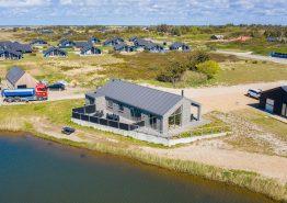 Feriehus med gode terrasser nær fiskesø, med 12 timer gratis fiskeri (billede 1)