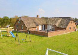 Ferienhaus mit Terrasse, Hängeboden und Swimmingpool (Bild 1)