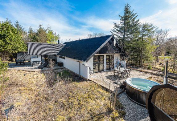Totalrenoveret sommerhus med vildmarksbad og udendørs sauna