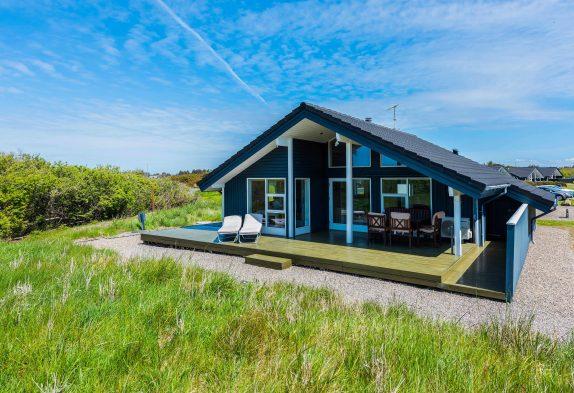 Indbydende sommerhus med sauna, spa og overdækket terrasse