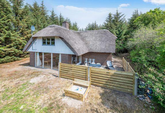 Hyggeligt, stråtækt feriehus med sauna på kæmpe naturgrund