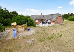 Renoveret poolhus med sauna, spa og legeplads ved huset (billede 1)