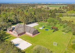Stort renoveret poolhus med spabad, sauna og stor legeplads (billede 1)