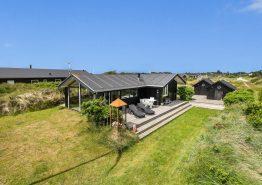 Autenisk sommerhus med overdækket terrasse