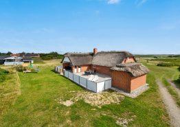 Skønt feriehus med lukket terrasse på en plænegrund (billede 1)