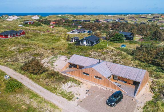 Luksuriøst feriehus i Søndervig med udebruser og sauna 350m fra havet