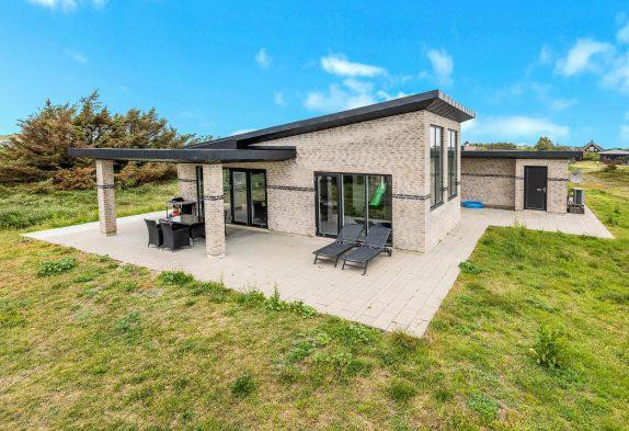 Moderne feriehus i Søndervig med sauna, spa og lækker terrasse