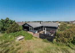 Ferienhaus mit Holzofen & Terrasse auf Naturgrundstück (Bild 1)